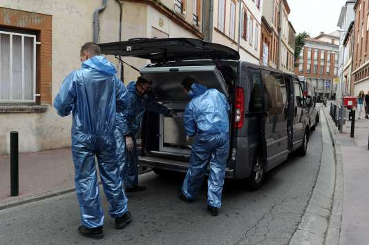 Des médecins légistes embarquent la malle renfermant les restes de la victime, mardi 4août, à Toulouse.