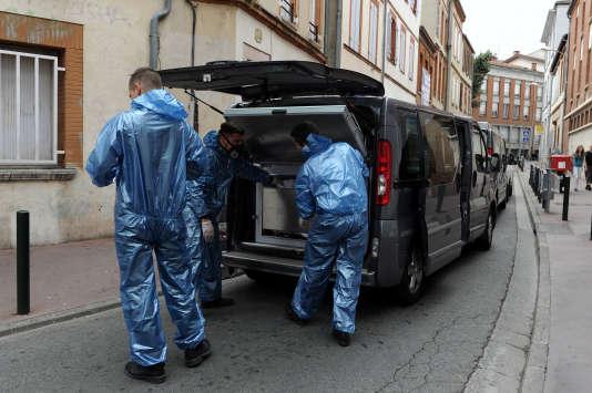 La police scientifique emmène le corps de l'étudiante, retrouvée morte le 4 août 2015 à Toulouse.