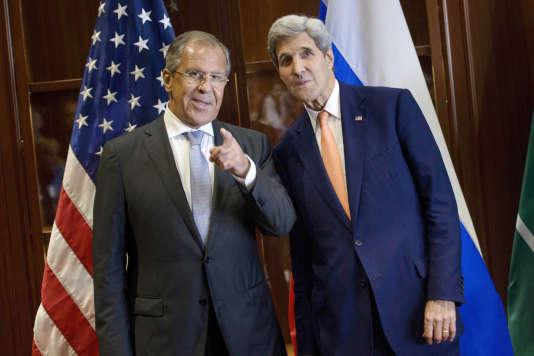Le premier ministre russe, Sergei Lavrov, (à gauche) et le secrétaire d'Etat américain, John Kerry, se sont mis d'accord sur le texte final de la résolution de l'ONU visant à diligenter l'enquête sur l'utilisation d'armes chimiques en Syrie.