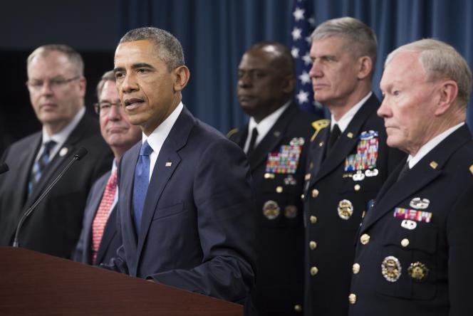 Barack Obama, entouré de membres de l'état-major, lors d'une conférence de presse sur la campagne contre l'Etat islamique, le 6 juillet, au Pentagone, à Washington.