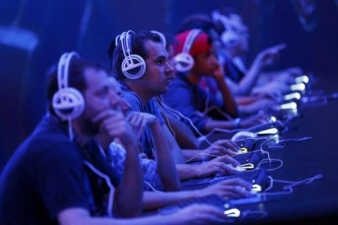 Des joueurs de StarCraft 2 à la GamesCom de Cologne, en août 2015.
