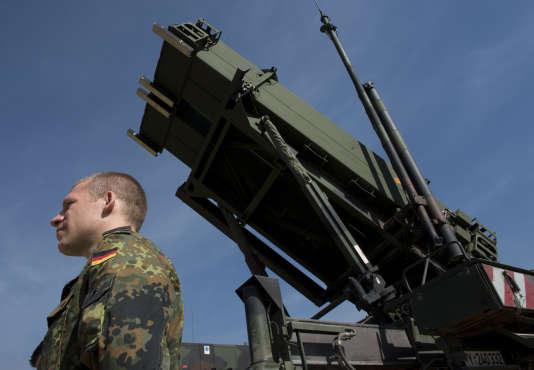 Un soldat allemand devant un missile Patriot dans le sud de la Turquie.