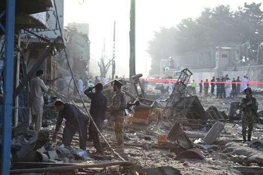 Les forces de sécurité inspectent le site après un attentat à la bombe à Kaboul le 7août.
