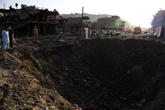 La violente explosion causé par un attentat au camion piégé à Kaboul a creusé un trou de 10 mètres de profondeur.