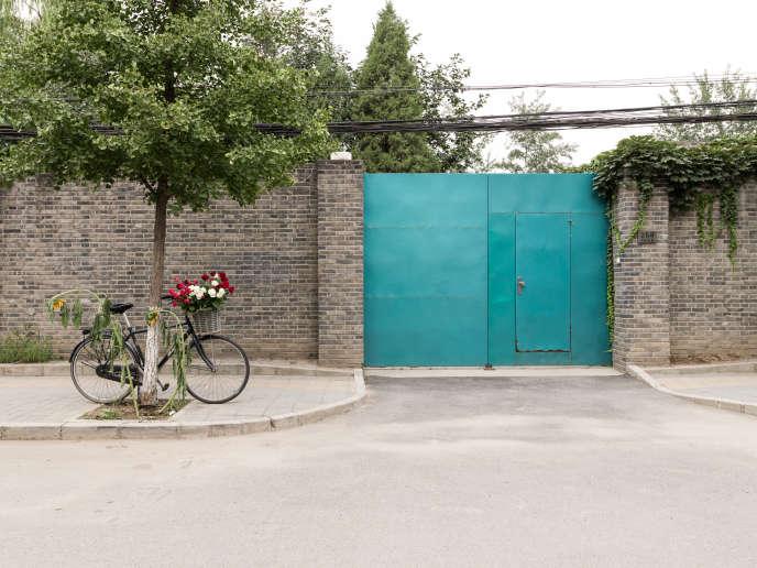 « With Flowers », par Ai Weiwei, né en 1957 à Pékin, photographe, performeur, architecte et sculpteur .