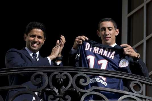 Le PSG a déboursé 63millions d'euros pour recruter le joueur argentin Angel Di Maria, ici avec Nasser Al-Khelaïfi, président du PSG, jeudi 6août, à Paris.