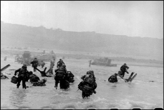 Sur cette photographie réalisée par Robert Capa lors du D-Day, apparaissent à la base de l'image les perforations de la pellicule.
