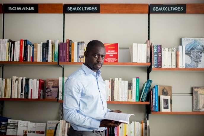 L'écrivain et universitaire Felwin Sarr, à la librairie Athéna de Dakar.