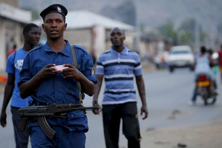 Un policier burundais patrouille dans une rue de Bujumbura, la capitale.