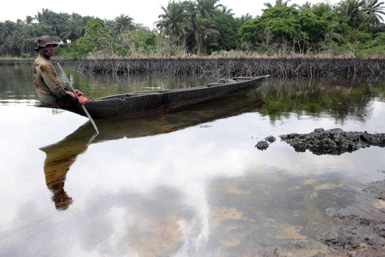 Gaagaa Gidom, un pêcheur de soixante ans, père de 8 enfants, regarde les résidus de pétrole laissés par les marées noires près de son village dans l'Ogoniland, au sud du Nigéria.