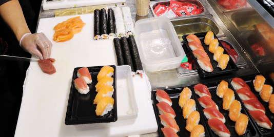 """Un """"corner"""" sushi dans un supermarché de la région parisienne."""
