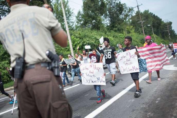 Plusieurs centaines de personnes ont défilé samedi 8 août à Ferguson, où Michael Brown a été tué il y a un an.