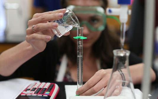 Une étudiante verse de l'acide dans un tube à essai, le 21 juillet 2015, au lycée de Neuqua Valley de Naperville aux Etats-Unis.