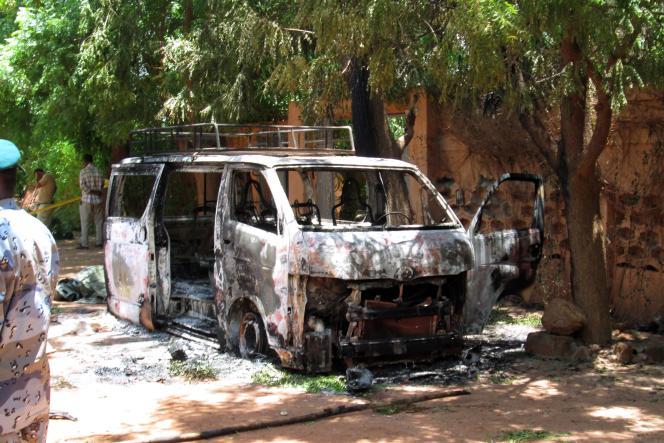 Une voiture calcinée devant l'hôtel où à eu lieu la prise d'otages.