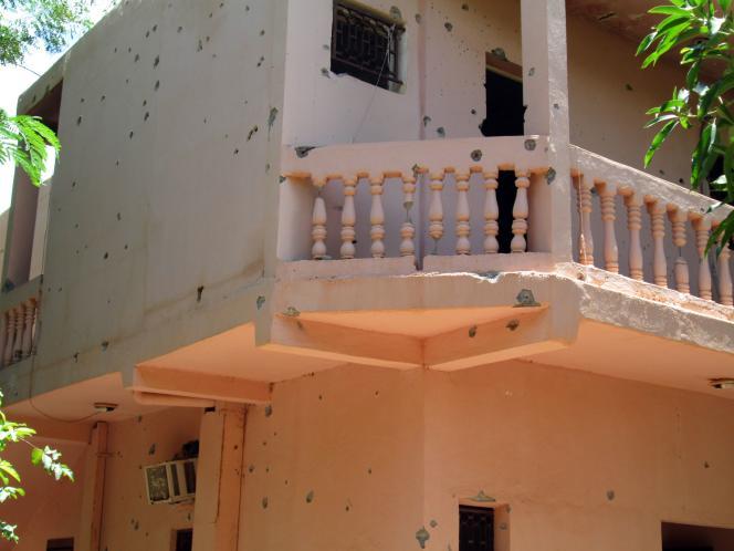 Une façade de l'hôtel Byblos, criblée de balles.