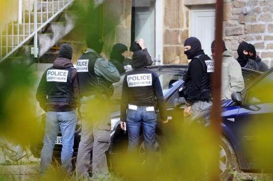 Les enquêteurs, le 11novembre 2008, devant la maison de Tarnac après l'arrestation des huit militants, dont Julien Coupat et sa petite amie, Yildune Lévy.