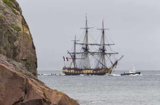 «L'Hermione » arrivant le 23 juillet au port de Saint-Pierre, à Saint-Pierre-et-Miquelon.
