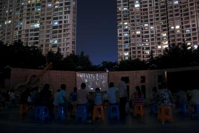 Projection d'un film sur la guerre contre le Japon, dans un parc de Shanghaï en Chine, le 31 juillet 2015.
