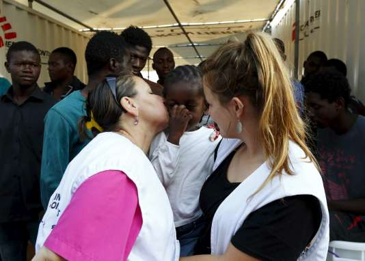 """Une infirmière de MSF embrasse une jeune fille Congolaise, à bord du """"Bourbon Argos"""", à Trapani, le 9 août."""