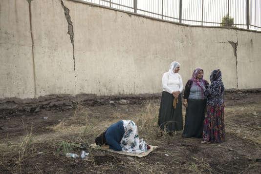 Des familles kurdes se rassemblent à la frontière Turquie-Irak, à Silopi, afin de récupérer les corps de treize hommes tombés au combat face à l'Etat islamique en juillet.