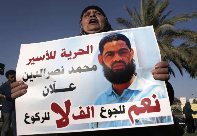La mère de Mohammed Allan, brandissant une photo de son fils, le 9août.