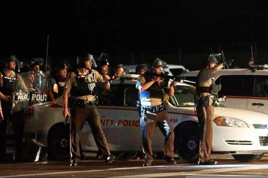 A Ferguson, une manifestation en hommage à Michael Brown a dégénéré en affrontement avec les forces de l'ordre, dimanche 9 août.