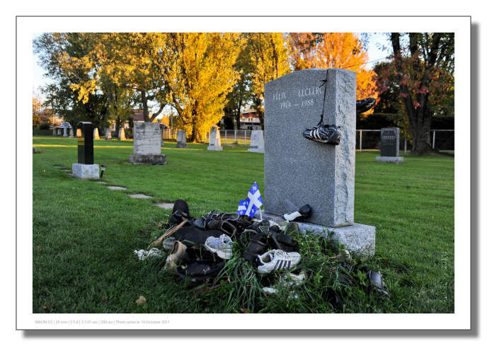 La tombe de Félix Leclerc dans le cimetière de Saint-Pierre de-l'île-d'Orléans au Québec.
