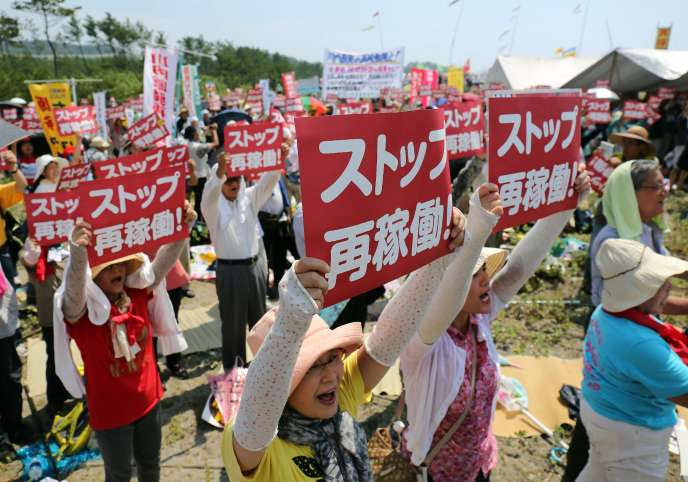 Une manifestation contre la reprise de l'activité  nucléaire devant le quartier général  de Kyushu Electric Power Sendai à Satsumasendai, dans la préfecture de Kagoshima, Le 9 août 2015.