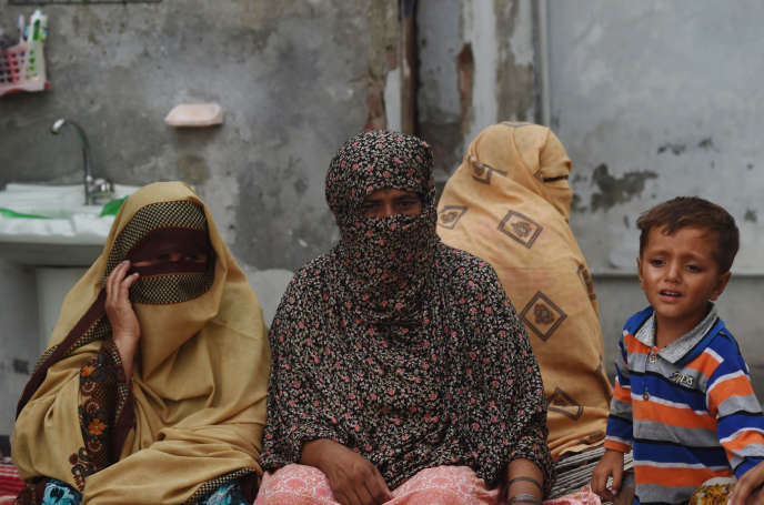 Des mères d'enfants violés dans le village de Hussian Khanwala, le 10 août.