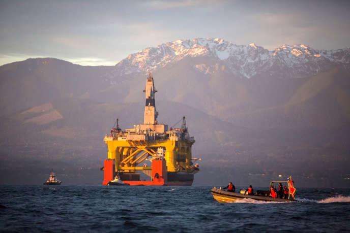 Transport d'une plate-forme de forage du pétrolier Shell dans le Pacifique en avril.