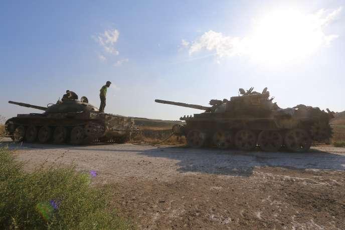Des groupes islamistes ayant pris le contrôle de tanks de l'armée syrienne.