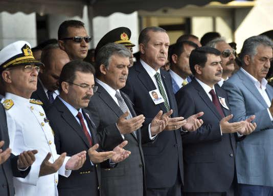 Le président turc, Recep Tayip Erdogan, au centre, prie après les attentats qui ont secoué la Turquie lundi 10 août.