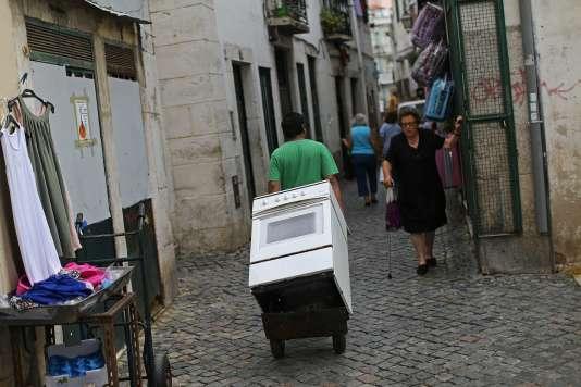 Scène de rue dans le quartier d'Alfama à Lisbonne le 31 juillet 2015.
