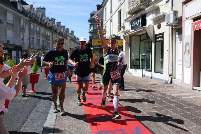 Le triathlète français Ludovic Chorgnon, lundi 10 août, à Vendôme (Loir-et-Cher), alors qu'il s'apprête à boucler son 41e Ironman en 41 jours.
