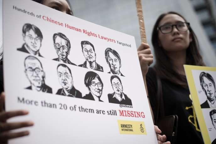 Rassemblement, le 6août, devant l'ambassade de Chine à Bangkok, contre l'arrestation des avocats chinois.
