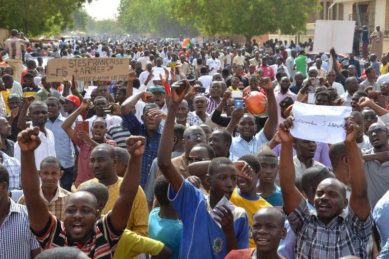"""Des centaines de personnes manifestent le 6 juin 2015 à Niamey accusant le régime de Mahamadou Issoufou de """"restreindre les libertés"""" et de faire preuve de """"mauvaise gouvernance""""."""