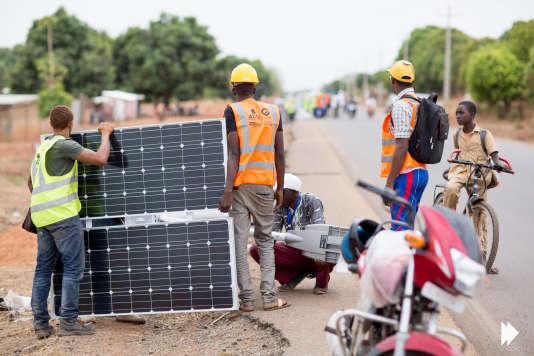 Installation d'éclairage public en Guinée par Akon Lighting Africa.