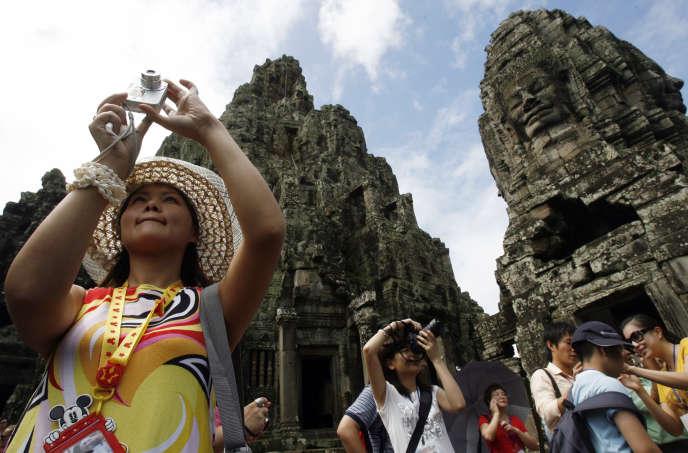 Des touristes au Temple de Bayon à Angkor en octobre 2009.