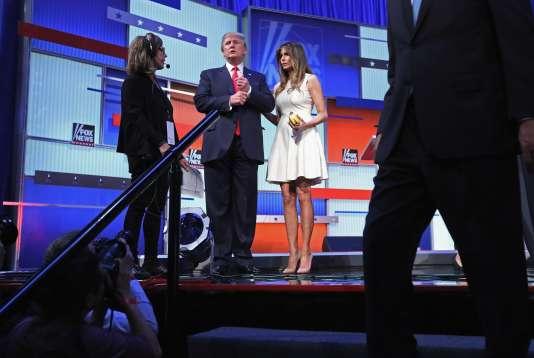 Donald Trump et sa femme Melania Trump sur le plateau du grand débat des candidats à la présidentielle américaine le 6 août 2015 à Cleveland.