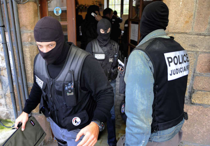 Perquisition de la police judiciaire à Tarnac (Corrèze), en novembre 2008.