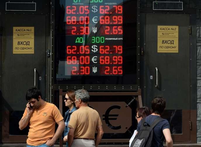 Tableau de devise à Moscou le 3 août. Sur les douze derniers mois, le rouble s'est déprécié de 43 % face au dollar.
