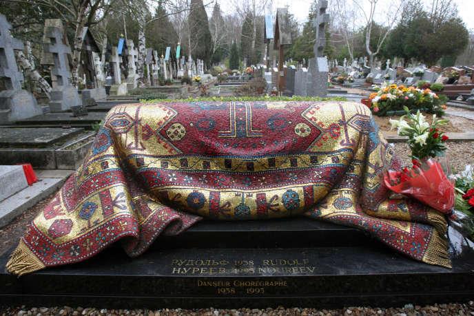 La tombe du danseur Rudolf Noureev au cimetière russe de Sainte-Geneviève-des-Bois (Essonne) en janvier 2008.