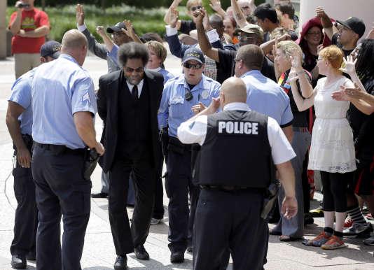 Arrestation de Cornel West, célèbre militant des droits civiques et professeur de l'université de Princeton.