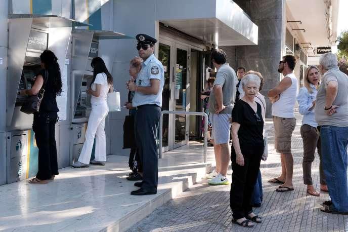 Depuis le 29 juillet, les Grecs ne peuvent retirer que 420 euros par personne et par semaine.