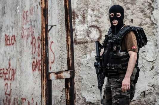 Un policier turc des forces spéciales à la suite de l'attaque d'un commissariat à Istanbul, lundi 10 août.