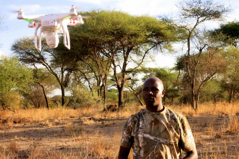 Jonathan Konuche, ranger au parc de Tarangire, en Tanzanie, effectue un essai avec son drone.