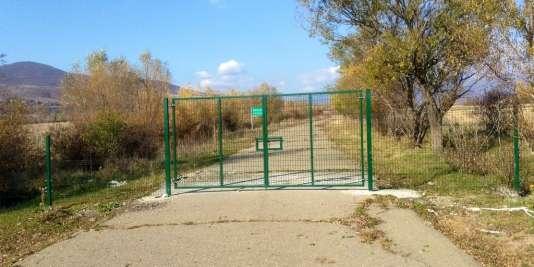 La barrière érigée par les soldats russes à Ditsi entre l'Ossetie du sud et la Géorgie.