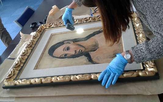 """Le tableau de Picasso, """"Tête de jeune fille"""", examiné par les douanes à Bastia, le 11 août 2015, peu après sa saisie à Calvi (Haute-Corse)."""