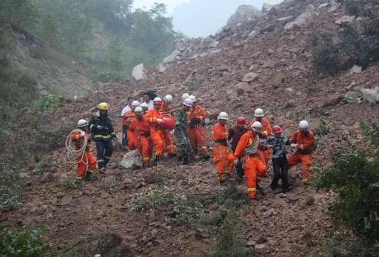 Des sauveteurs aident des rescapés sur le site minier de Shangluo, dans la province du Shaanxi.