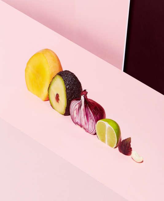Cultivé en Asie depuis l'Antiquité, le shiso (ou Perilla frutescens) est une plante aromatique cousine de la menthe très utilisé dans la cuisine japonaise. Cette plante herbacée florale et citronnée, verte ou pourpre, est essentiellement consommée crue, en petites pousses  ou en grandes feuilles, entières ou en chiffonnade. Elle se marie parfaitement avec le poisson cuit ou cru (sashimi), les viandes, le riz, les légumes, les fruits exotiques, en salade et dans les sauces.
